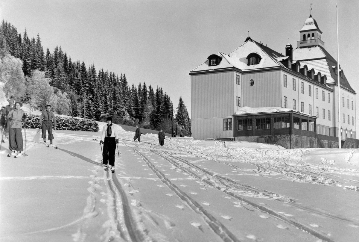 Eksteriør, Høsbjør Turisthotell, vinter, skiløpere.