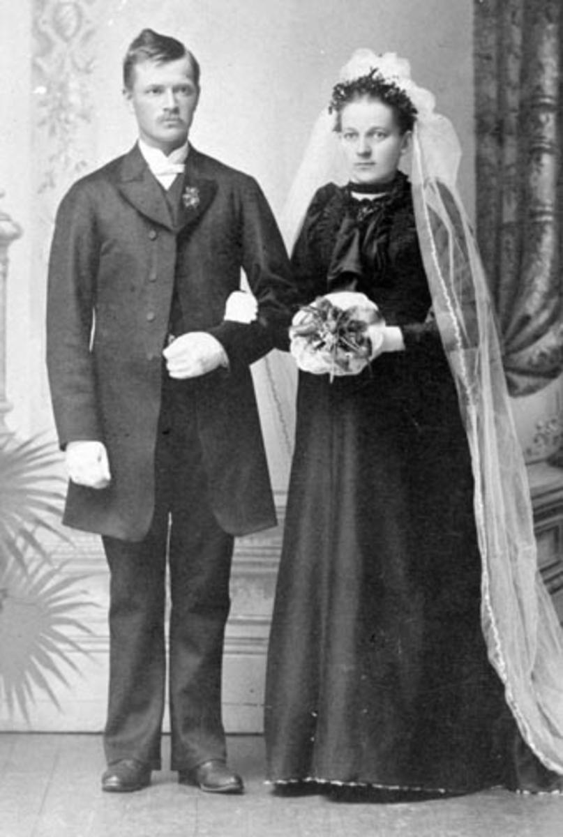Brudebilde av Nils Røhnebæk (1865-1949) og Klara Olsdatter Svartshoel (1863-1905). Nes, Hedmark.