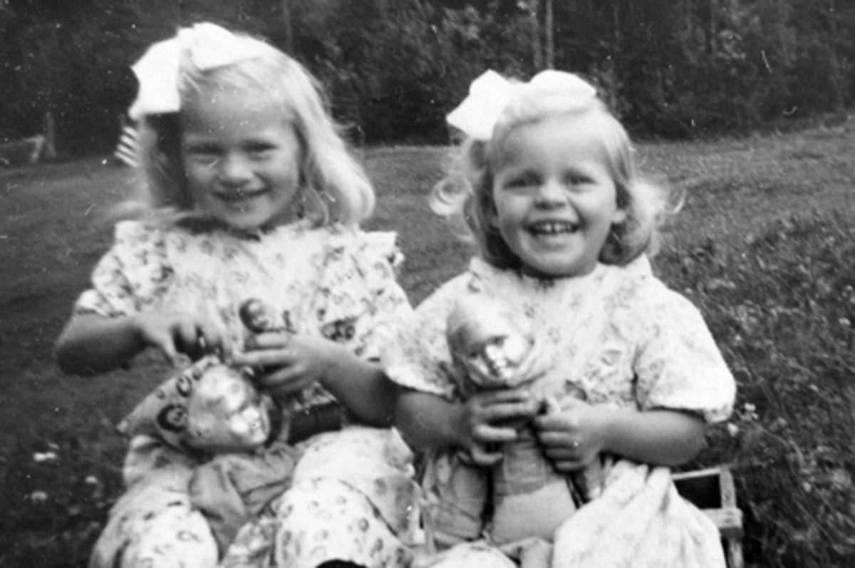 2 søstre med dukker. May Gislaug Godager, Laila Oliv Godager, Engelstad, Furnes, Ringsaker.