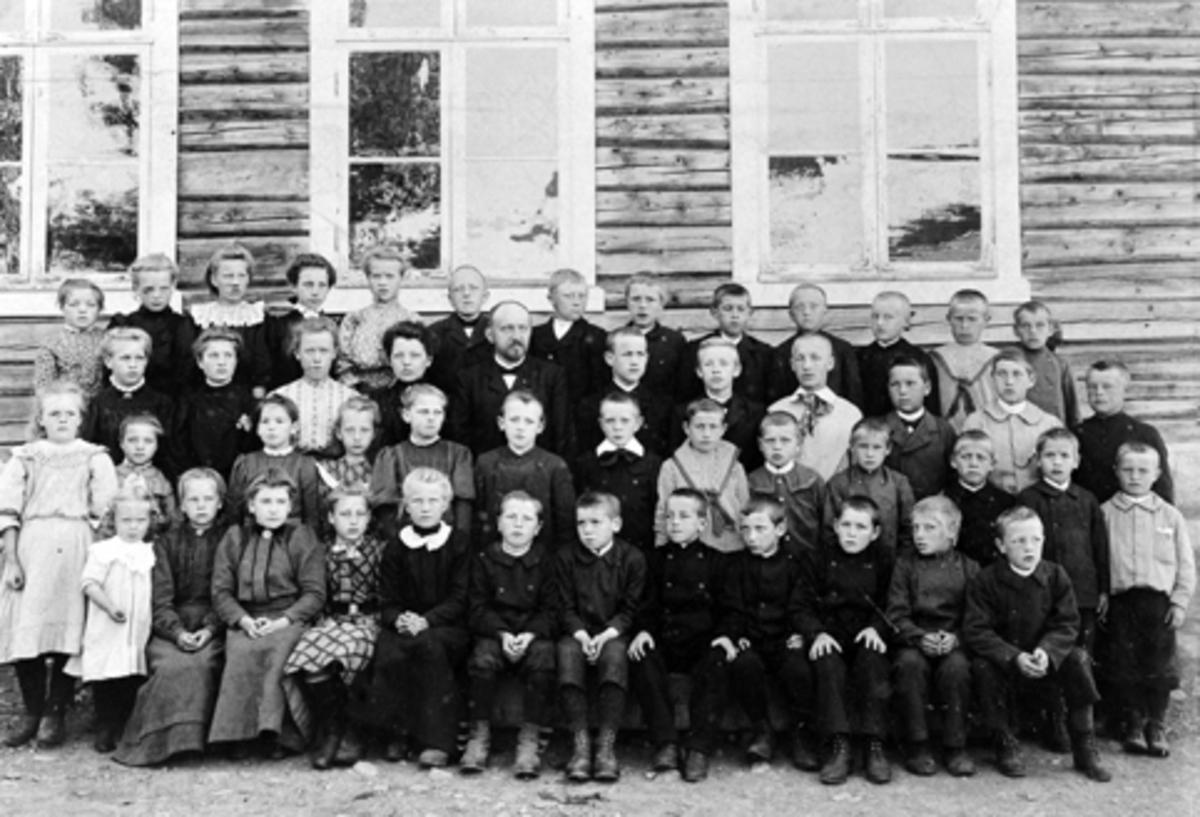MAUSET SKOLE CA. 1900. GRUPPE ELEVER OG LÆRERE. 1 REKKE BAK F. V. BEATE GRANLIEN, ANNA NORDHAGEN, HELGA BERGE, UKJENT, UKJENT, JOHS BAKKEN, GEORG KJENDLI, ARNE RØNNINGEN, OLAF ØVERLI, PETTER BAKKEN, TRYGVE NILSEN, ALFRED MYHRE OG OLAF STENSET. 2 REKKE OLINE BAKKERUD, MINA ÅS, MARTE BÆKKELIEN, MARTE BAKKEN, LÆRER MAUSET, TORE NORDSVEEN, JØRGEN BAKKERUD, ASBJØRN NILSEN, JØRGEN BÆKKELUND, UKJENT OG MARTIN HOLTER. 3 REKKE. MINA SØRLUNDEN, ANNA SANDBAKKEN, MAGNHILD MAUSET, OLINE BRATLIEN, OLA BÆKKELIEN, BIRGER KURUD, BIRGER MYHRE, UKJENT, KRISTIAN STENSET, GEORG HAUGEN, ARVID SANDBAKKEN OG SEVERIN MYHRE. 4 REKKE (FORAN) EMMA RØNNINGEN, MARIE MAUSET, PERNILLE BÆKKELUND, ANNA SANDBAKKEN, MAGNHILD VESTLIEN, MARIE JEVNE, BØRE TØRUDSTAD, ADOLF SANDBAKKEN, OLAF HOVDE, KRISTIAN HAUGEN, MARTIN JENSBAK, EVEN SØRLUNDEN OG HANS GRANLIEN. CA 1900.