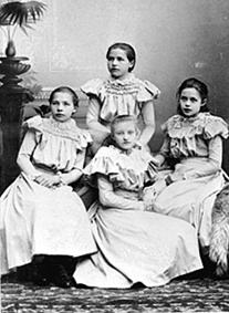 GRUPPE: 4 UNGE JENTER, FRA VENSTRE: KAREN DØRUM FØDT: 1883, ELLEN DØRUM FØDT: 1884, BAK: OLINE HOMMELSTAD, UKJENT