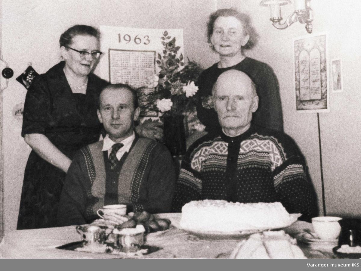 Ida, Karl og Alf Tuomainen med Laura Aline Strige i stua på Tuomainen 1963.