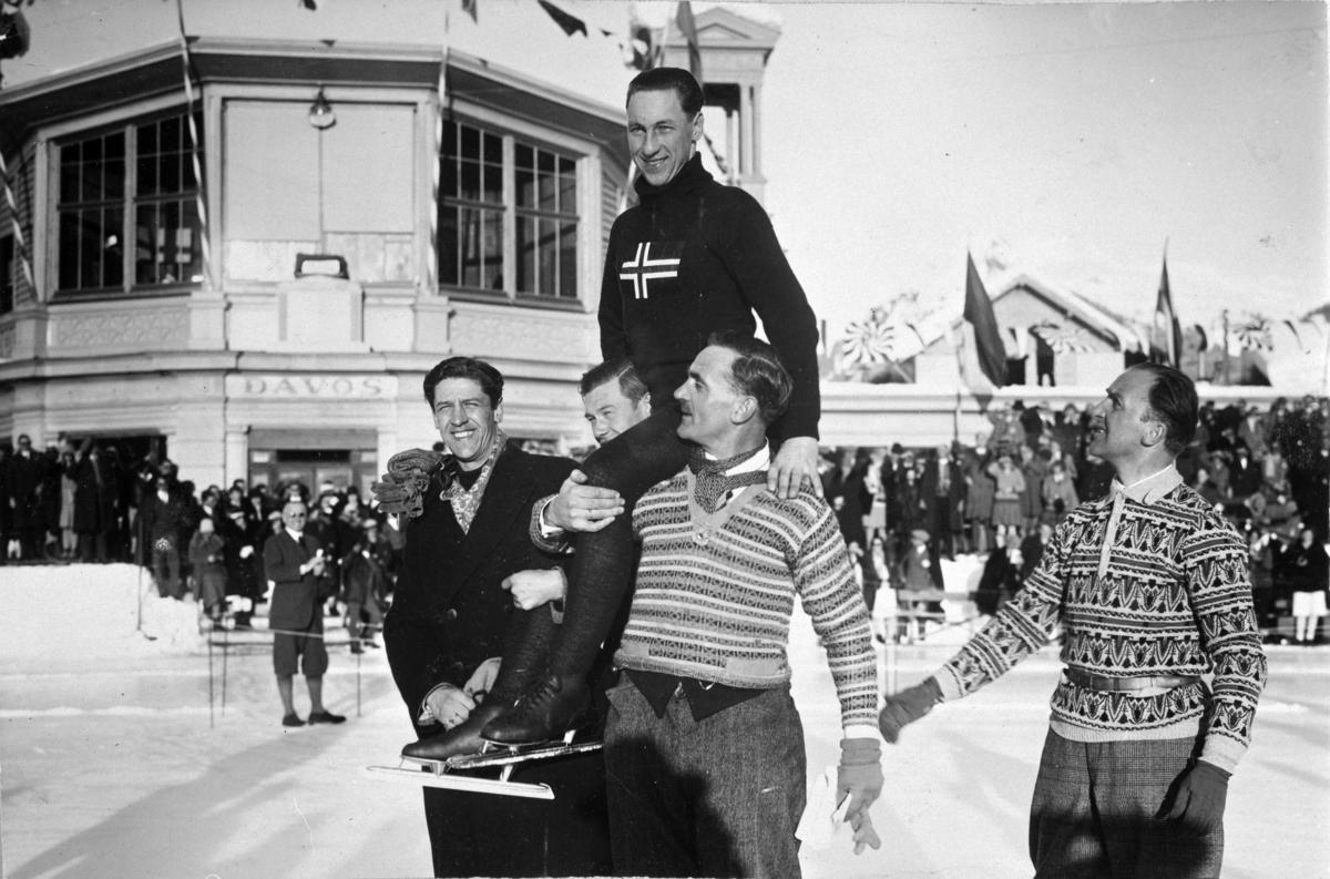Ivar Ballangrud bæres på gullstol i Davos 1929 av bla. Oscar Mathisen, t.v Ivar Larsen (?) Oscar Wilhelm Mathisen (født 4. oktober 1888, død 10. april 1954) var en norsk skøyteløper som representerte Kristiania Skøiteklubb.