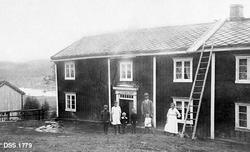 """""""Skogvoktergården Åmot i Meldal.  Skogvokter Bjerkan med fam"""