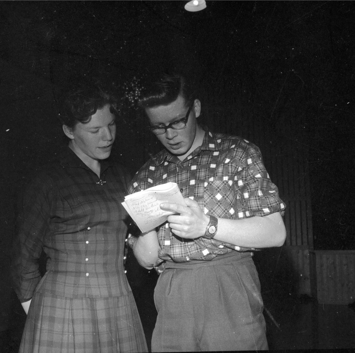 TEVLINGSLEDER I STANGE BUL, BIRGITT RUUD OLSEN (T. H. ) OG KJELL MANGERUD. (HS19. MARS 1960). DATO:??. 03. 1960 FOTO:EGIL M. KRISTIANSEN