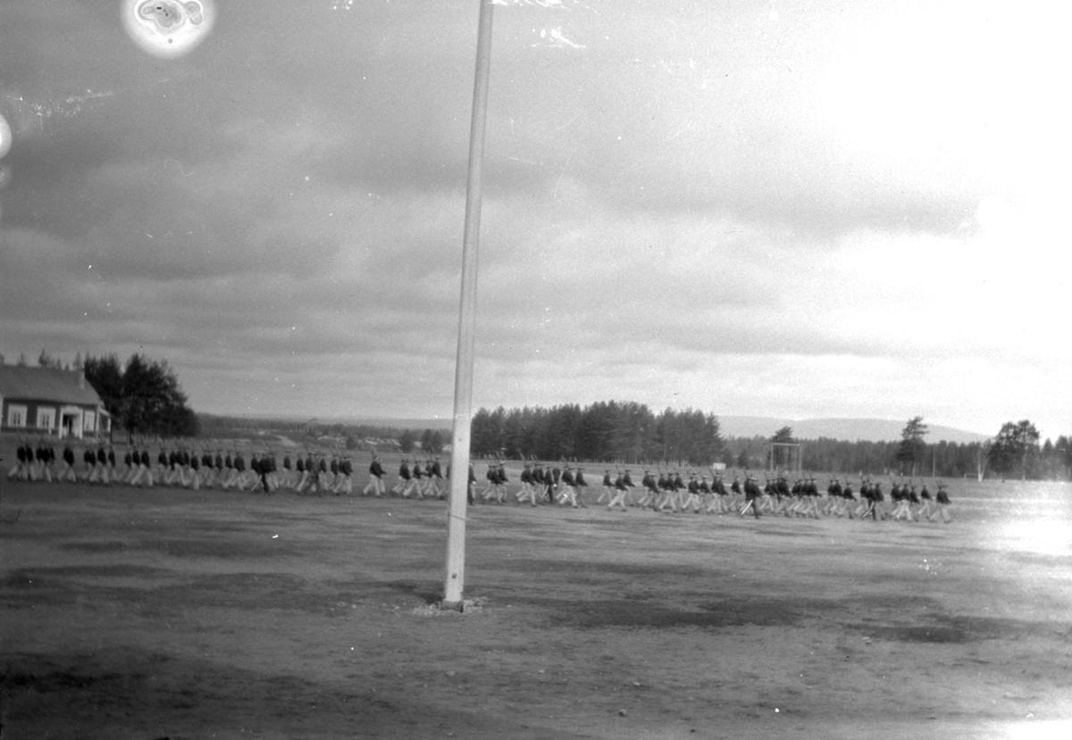 Soldater marsjerer