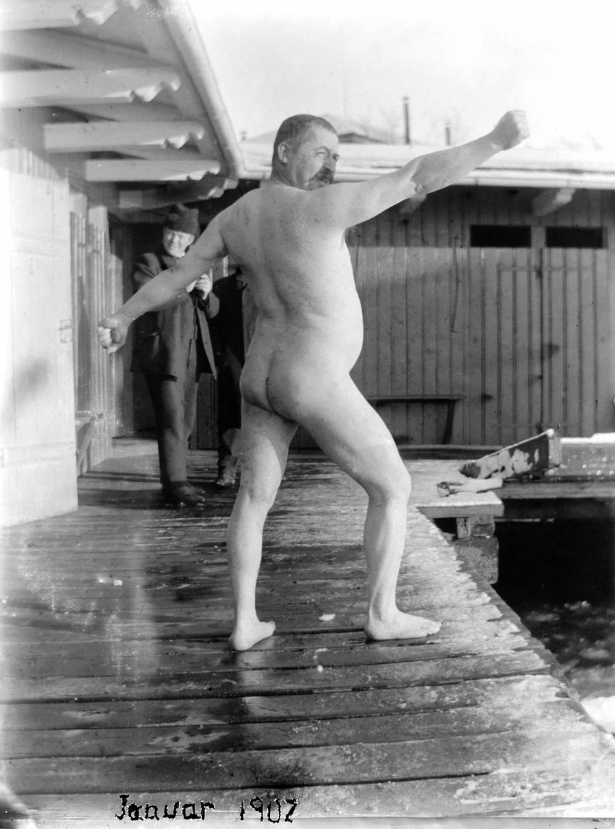 Naken mann på brygga, isbading januar 1902.