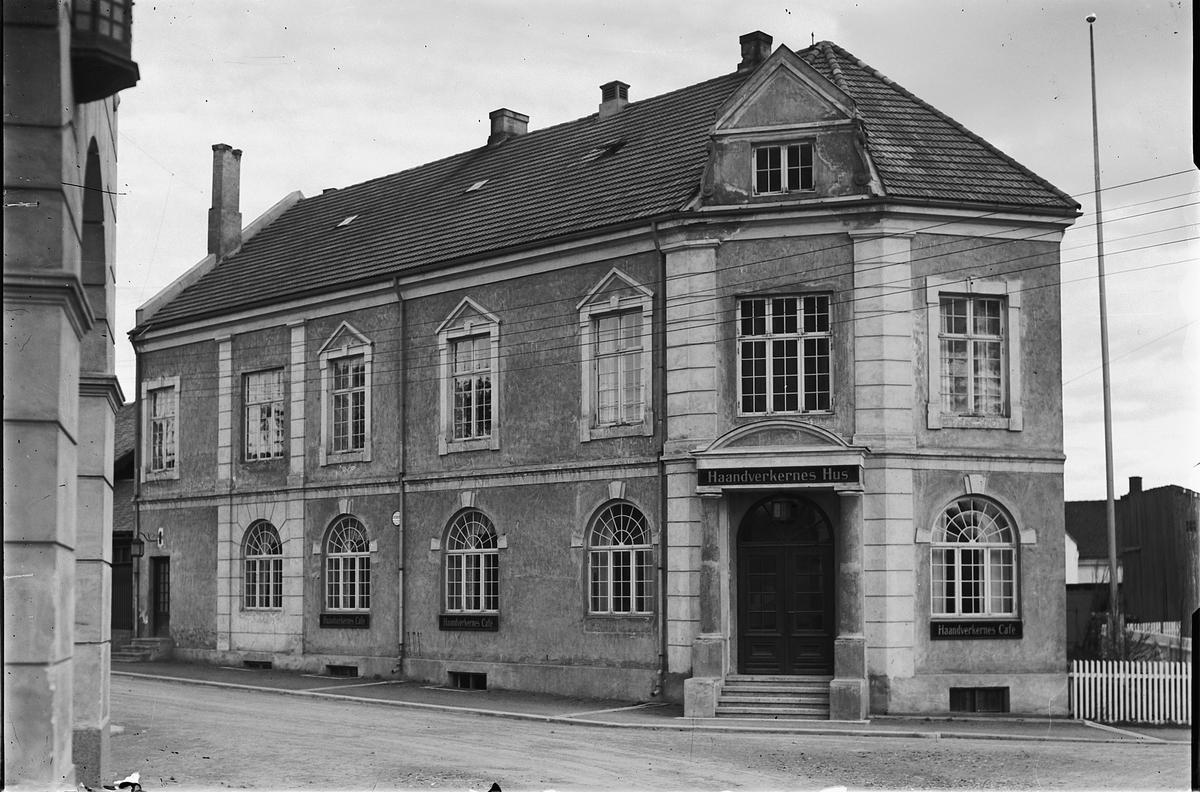 HÅNDVERKERNES HUS, Østre gt. HÅNDVERKERRESTAURANTEN, HAMAR, STO FERDIG I 1921.