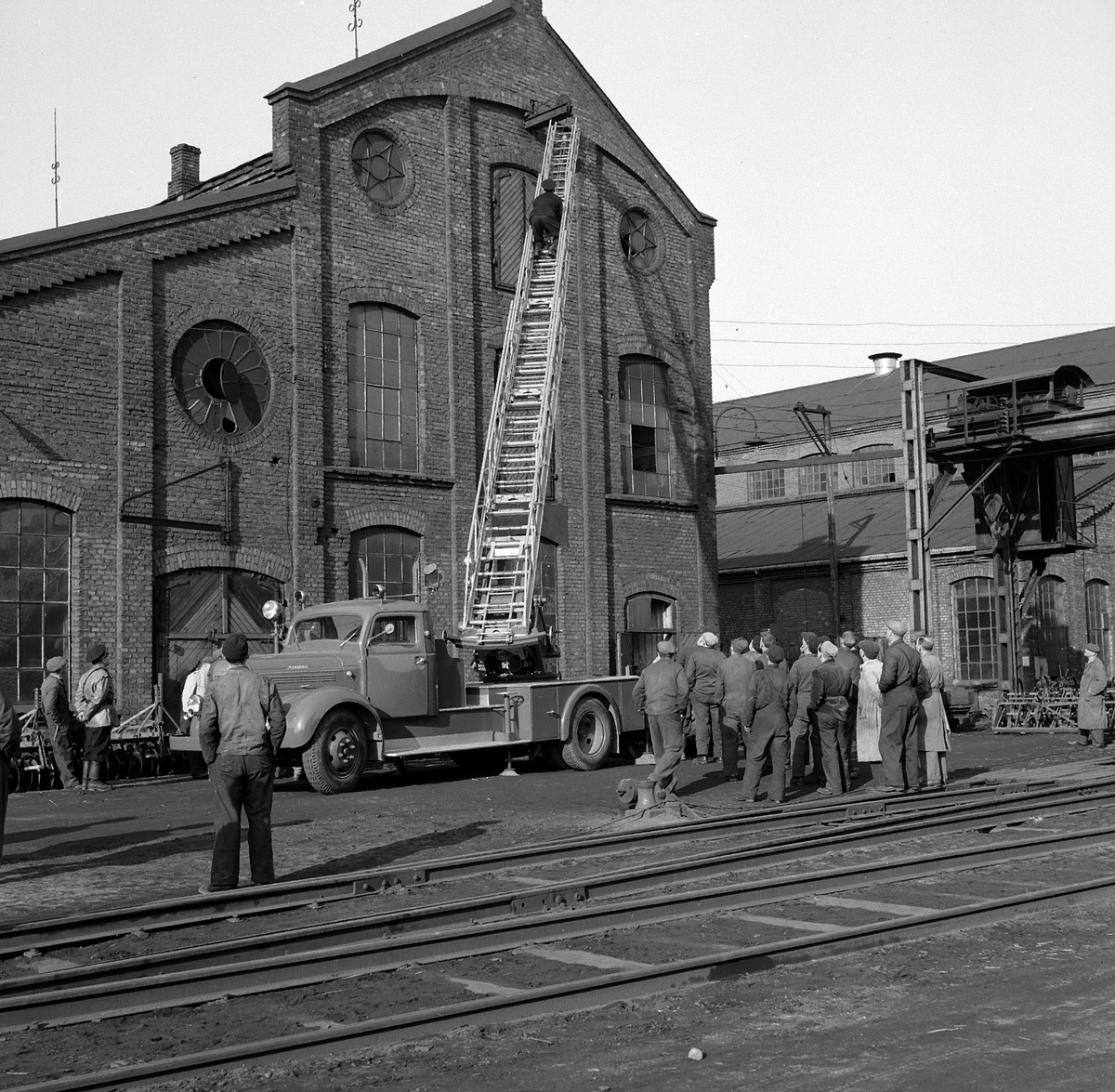 HAMAR JERNSTØPERI OG MEK. VERKSTED, HAM-JERN, BRANNVERN, APRIL 1953. MAGIRUS BRANNBIL, STIGEBIL,