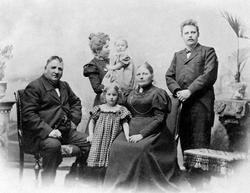 Familien Flagstad 1899. Første rekke fra venstre: Ole M. Fla