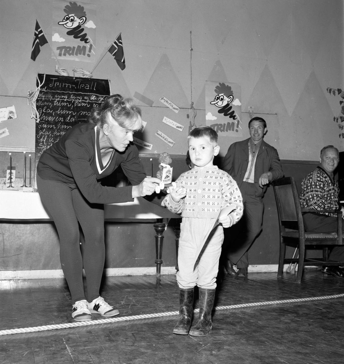 """Situasjonsbilder, Dala-Trim. Sveum. Oktober 1967. """"Trimiann"""" aksjonen. Julie Alfstad, utdeling av diplomer. Julie Allfstad, Ukjent, Didrik Smalberget, Carstens. Brumunddal."""