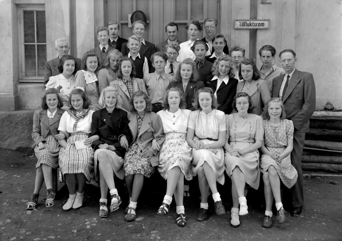 SKOLEKLASSE 2A, V/ LEKTOR HEGDAHL. ELEVER VED HAMAR KATEDRALSKOLE 1944,  1. REKKE FRA V. AASE (GULBRANDSEN) PRYZ, INGERID ELISABETH (BITTEN) WINDEM, ELSE (JERVELL) SÆTERSDAL, ÅDEL (SEKKELSTEN) DAHL,  THORA (BERGE) STENBERG, RAKEL (KORSLUND) HØYER, EBBA KARIN (LASSEN) GUDDAL, AUD (LIAN) SVENKERUD, 2. REKKE, LIV (JOHANSEN) KRISTOFFERSEN, ELSE MARGRETE (KOPPANG) CARLSEN, SIGRID (JØLSTAD) TVEIT, BJARNE BRATLIE, RANDI (LIE) HALS, GERD (WINSNES) RONDIA, ANNE-MAI (LIE) HOEL-ANDERSEN, LEKTOR JOHAN HEGDAHL, 3. REKKE, LEKTOR TELLEF FRØYSAA, ÅSE (KNUDSEN) NYMOEN, TORE RØGEBERG, ERIK ONARHEIM, OLA BERG, KJELL NYHUS, TOR INGULF JUEL DIESEN, 4. REKKE, KJELL BORGEN, PER EGIL SAASTAD, BJØRN RØNNING JOHANNESEN, LEKTOR JON EVANG, ARVE MELLUM, GULBRAND ENGLI, FRITJOF HANSEN.