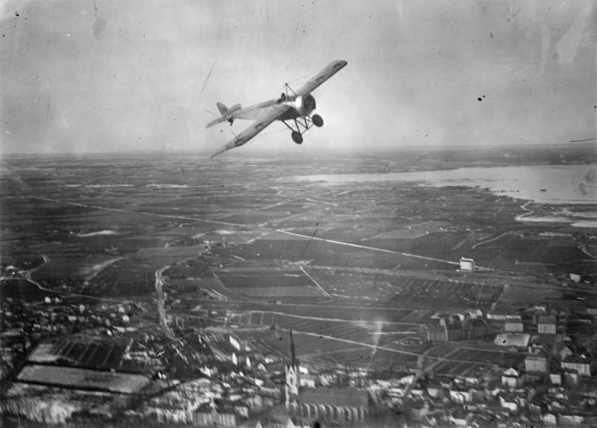 Flygplan Thulin K i luften över Linköping.