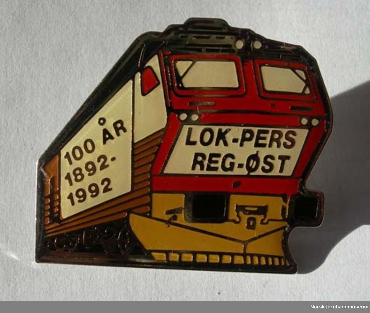 Jakkemerke (pins) fra 100 års-jubileet for Lokomotivpersonalets forening, Region Øst