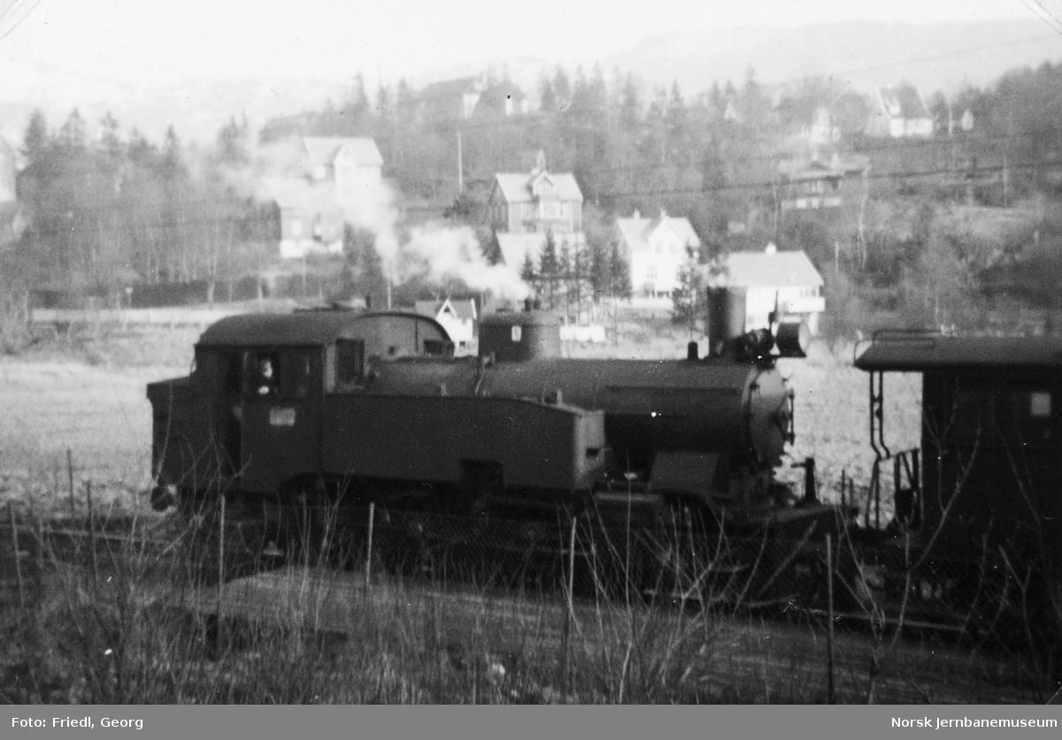 Damplokomotiv type 32a nr. 287 med lokaltog på Kristianborg holdeplass