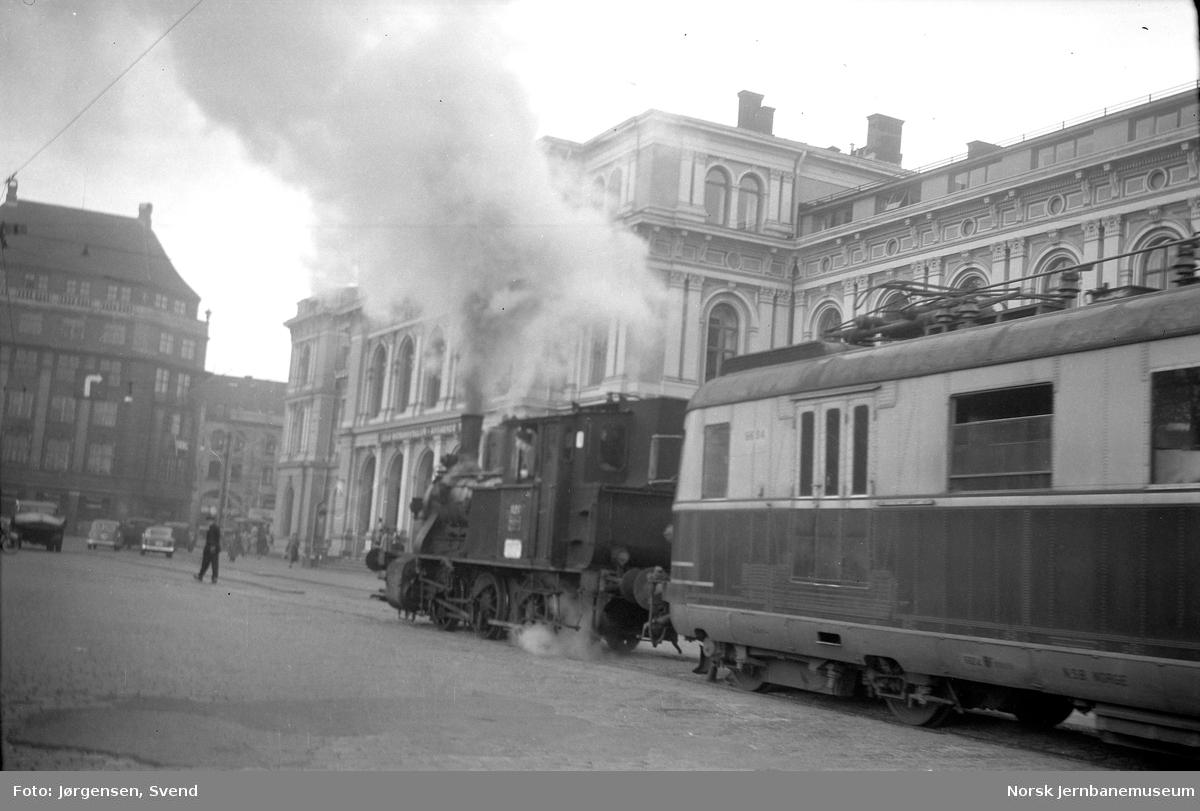 NSB damplokomotiv type 25d nr. 420 med et motorvognsett type 66 på Havnebanen utenfor Oslo Ø