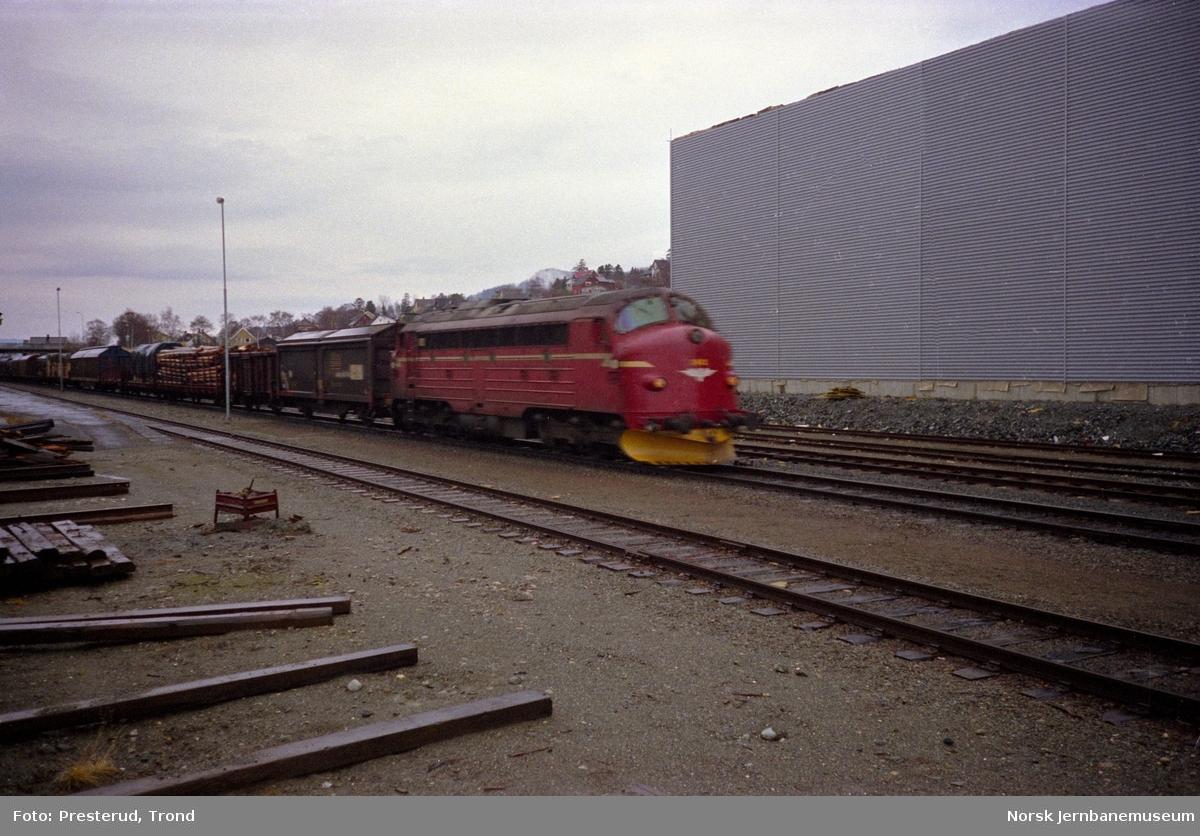 Diesellokomotivene type Di 3 med godstog på Ranheim stasjon