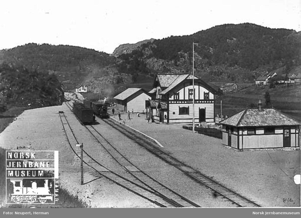 Helleland stasjon med to kryssende persontog