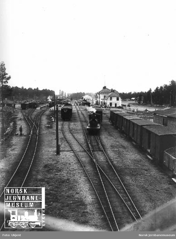 Elverum stasjon med både smalsporet og normalsporet tog, foto fra vegbrua
