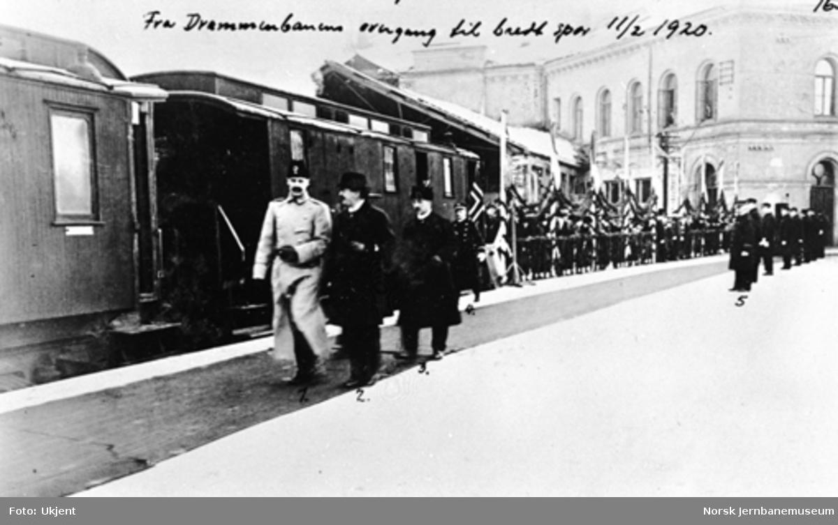 Kong Haakon på plattformen på Oslo V på vei til åpning av den bredsporede Drammenbanen; på vei til åpningen av strekningen Kongsberg-Hjuksebø