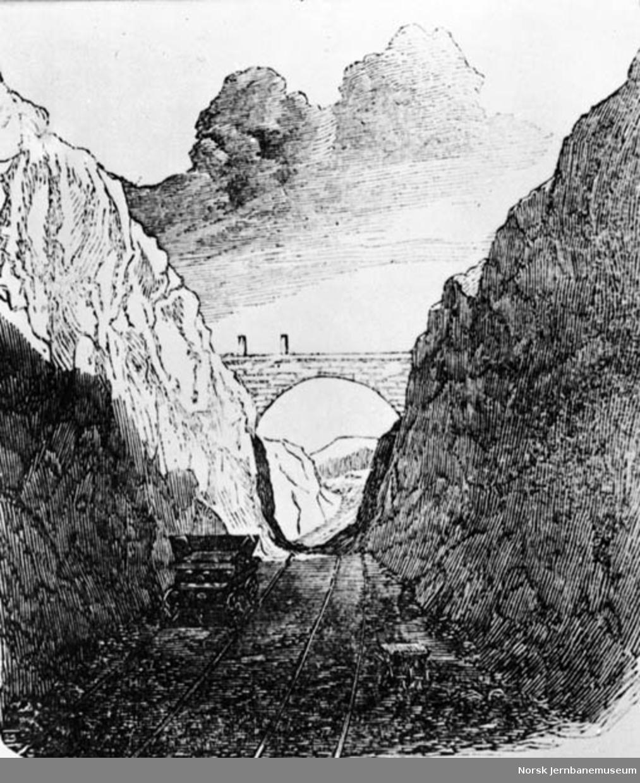 Fotografi av en tegning av brua ved Kværner med en anleggsvagg på sporet under, trolig under Hovedbanens anlegg