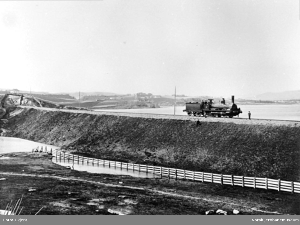 """Damplokomotiv på """"Lillestrøm Bank"""", en fylling som i 1861 erstattet en trebru"""