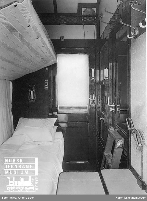Interiørbilde fra 2. klasse-kupeer med oppredde senger i sovevogn litra ACo1a