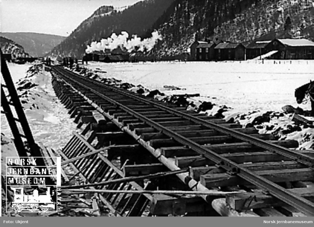Første tog over provisorisk linje ved Røttum, oppbygget på trebukker