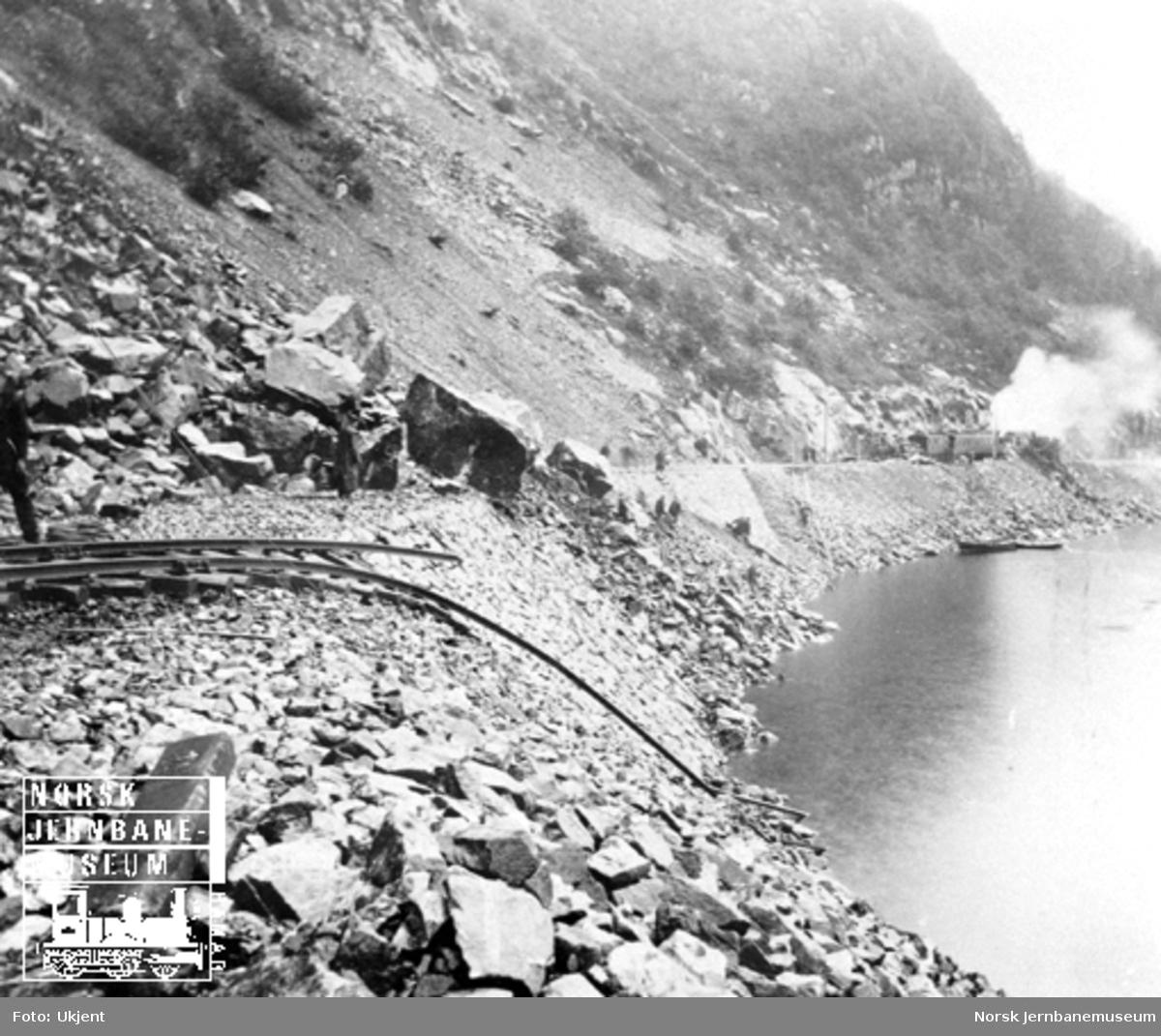 Steinras på Flekkefjordbanen, sett mot Flekkefjord