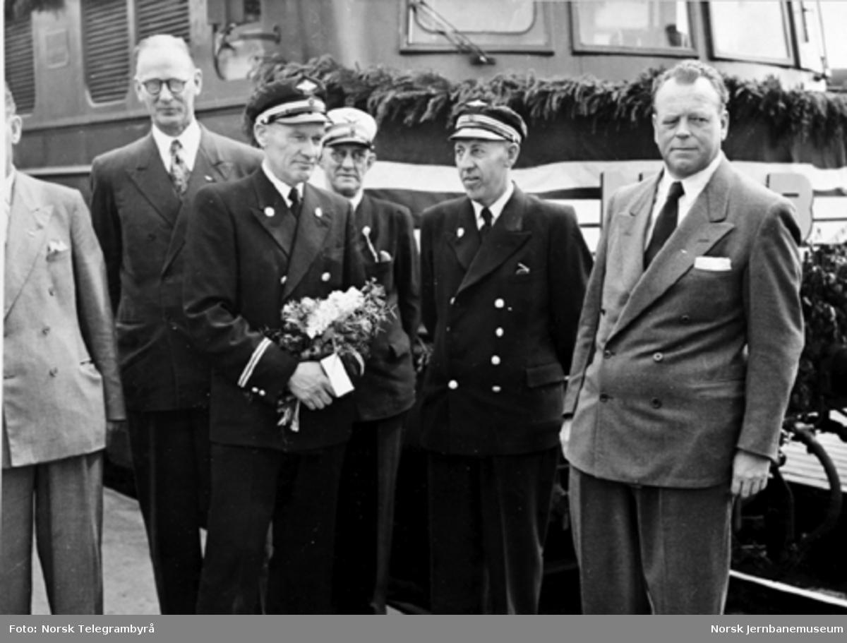 Ordfører Audensen, lokomotivfører Kraft-Lund, overkonduktør Kjosbakken, lokomotivfører Rua og NSBs generaldirektør Stokke