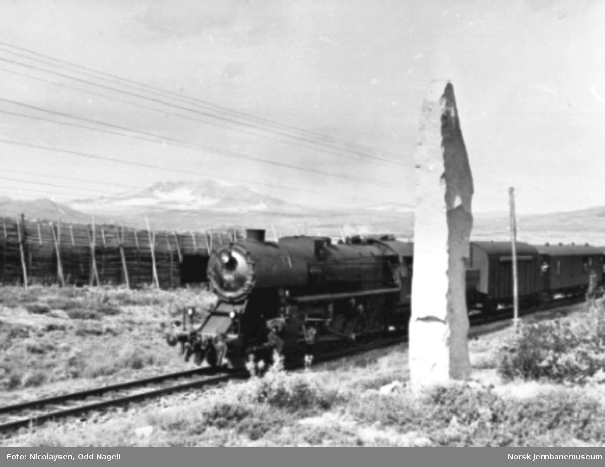 Damplokomotiv type 63a nr. 4835 med persontog ved Dovrebanens høyeste punkt
