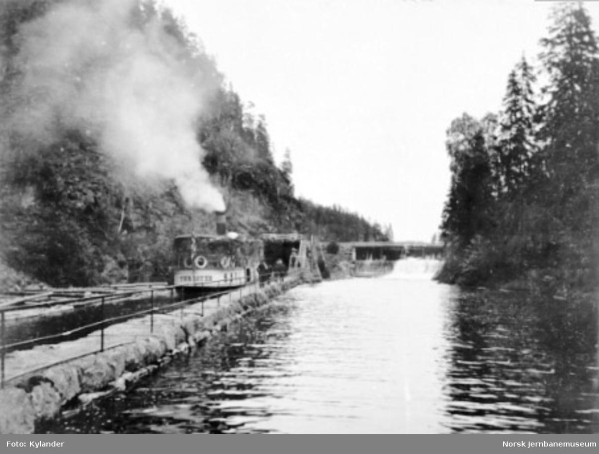 """Dampbåten D/S """"Turisten"""" på Brekke kanal"""