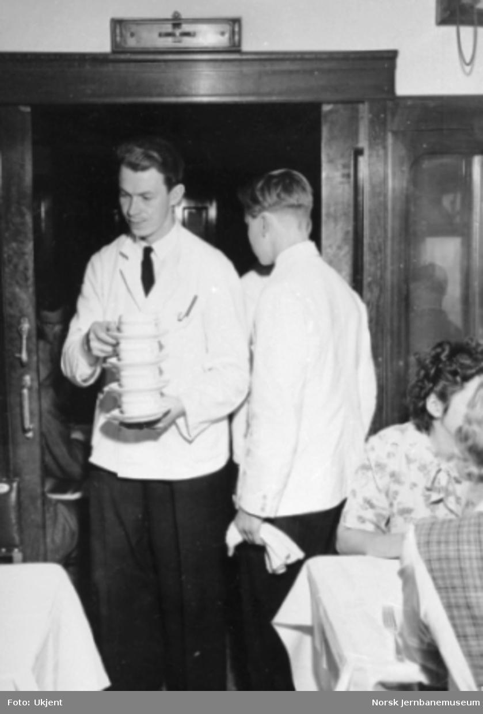Servering i spisevogn : kelner med kaffekopper