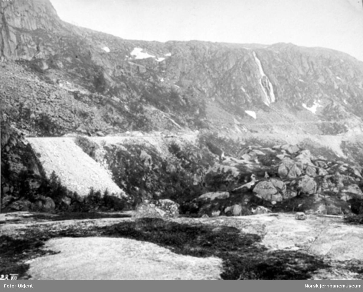 Byggingen av Norddalsbrua : Parti med linjen sør for tunnelen