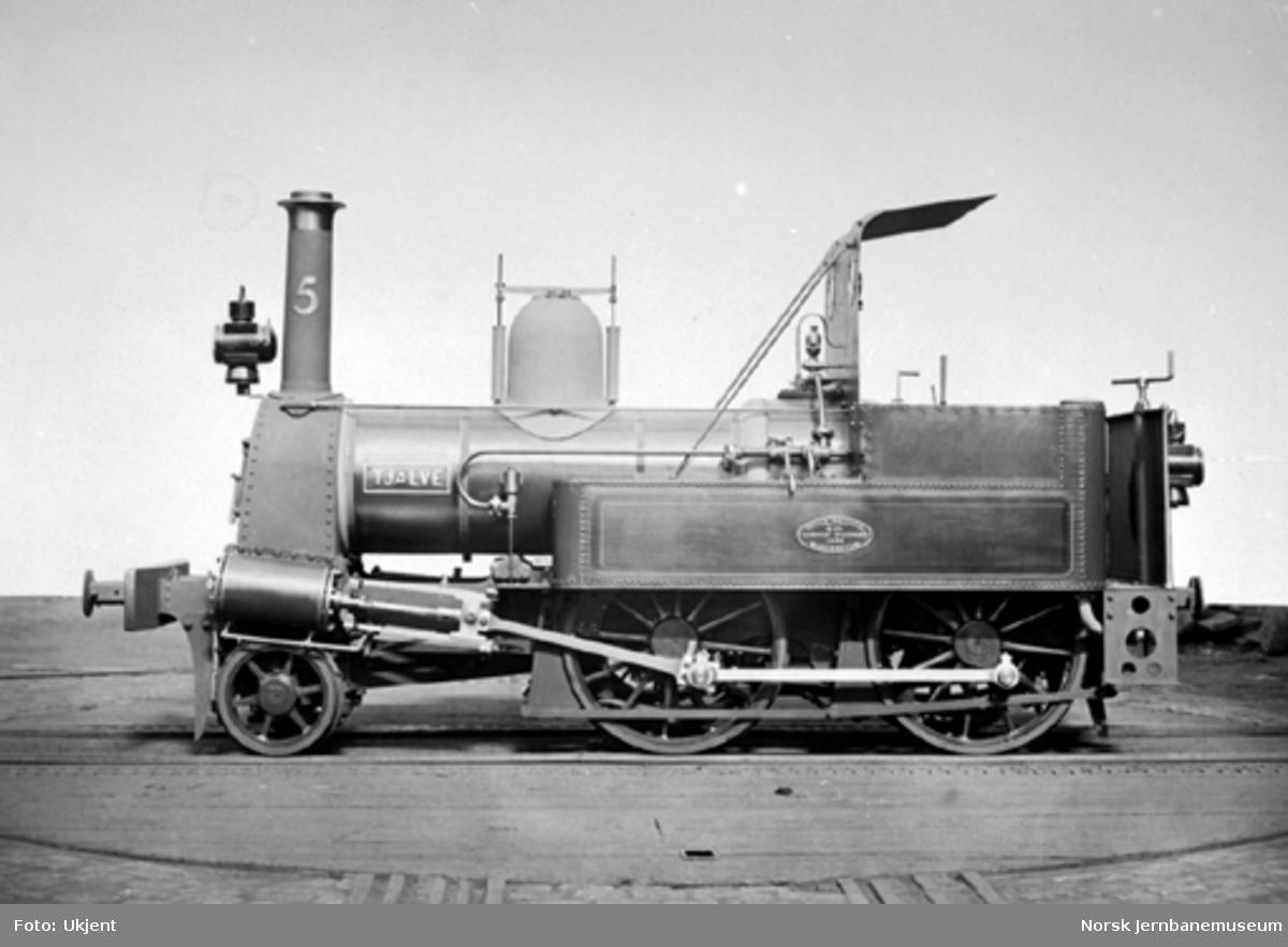 """Leveransefoto av smalsporet damplokomotiv type III nr. 5 """"Tjalve"""" til Randsfjordbanen"""