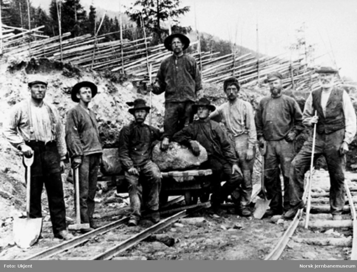 Åtte anleggsarbeidere med steintralle