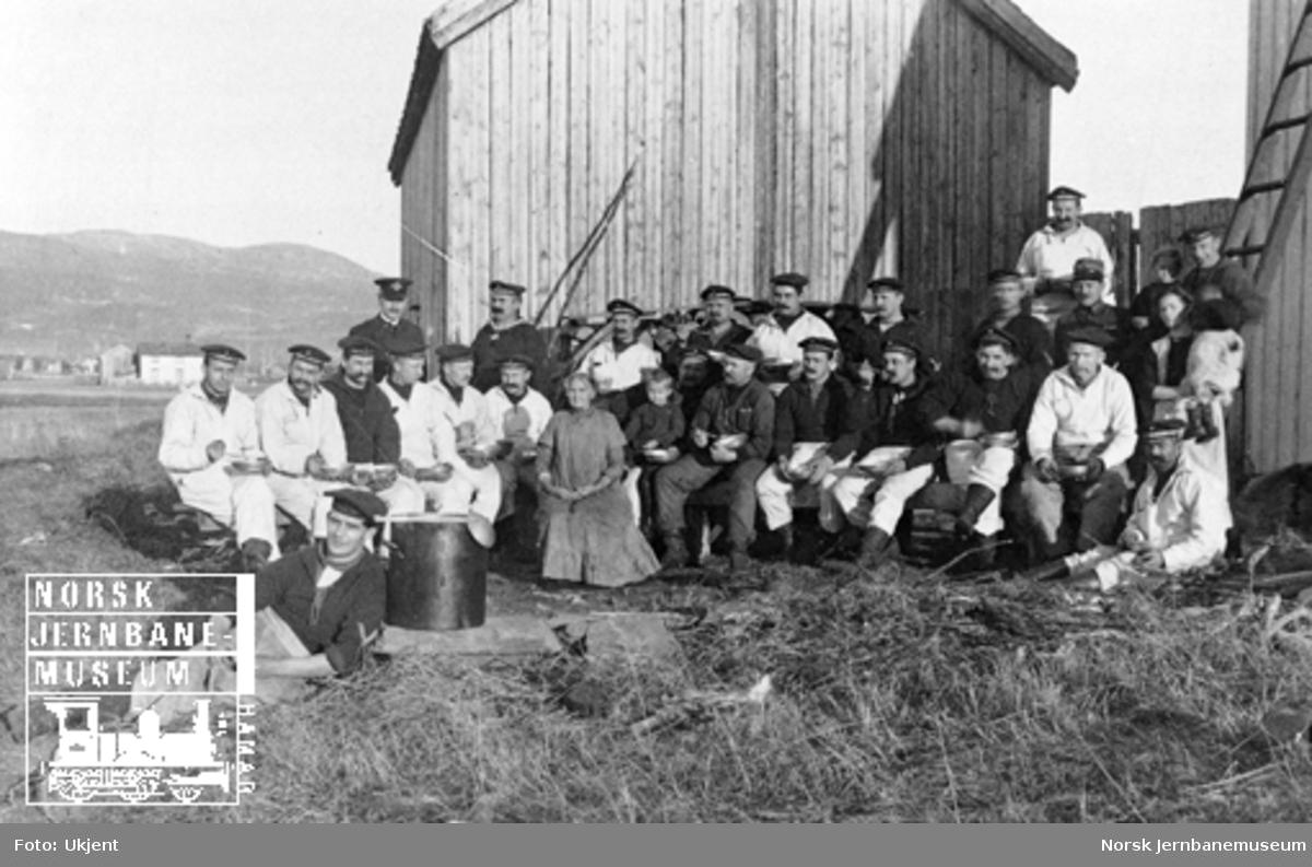 """Gruppebilde av internerte tyskere fra marinefartøyet """"Berlin"""" utenfor Stjørdalen brakke på Dovrebanen eller i grustaket ved Hell"""