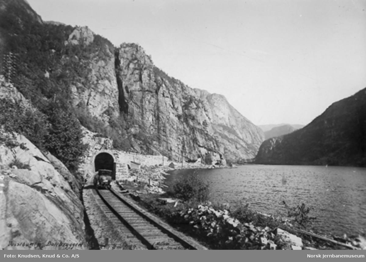 Vossebanens partielle ombygging : inngang til tunnel ved Dalebryggen km 429,0 med Bergen distrikts Paige skinnebil, på sporet i forgrunnen