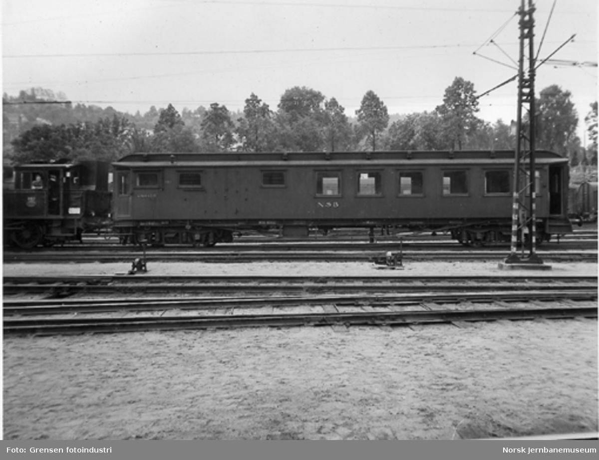 Personvogn med sitte- og konduktøravdeling litra CFo2c nr. 215 tilkoblet et skiftedamplok type 23b nr. 440