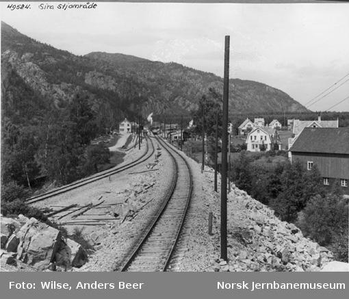 Sira stasjon : Flekkefjordbanens (til v.) og Sørlandsbanens innføring