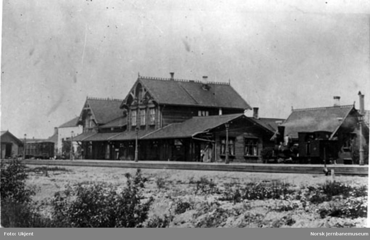 Hamar annen stasjonsbygning med et damplokomotiv i spor 1