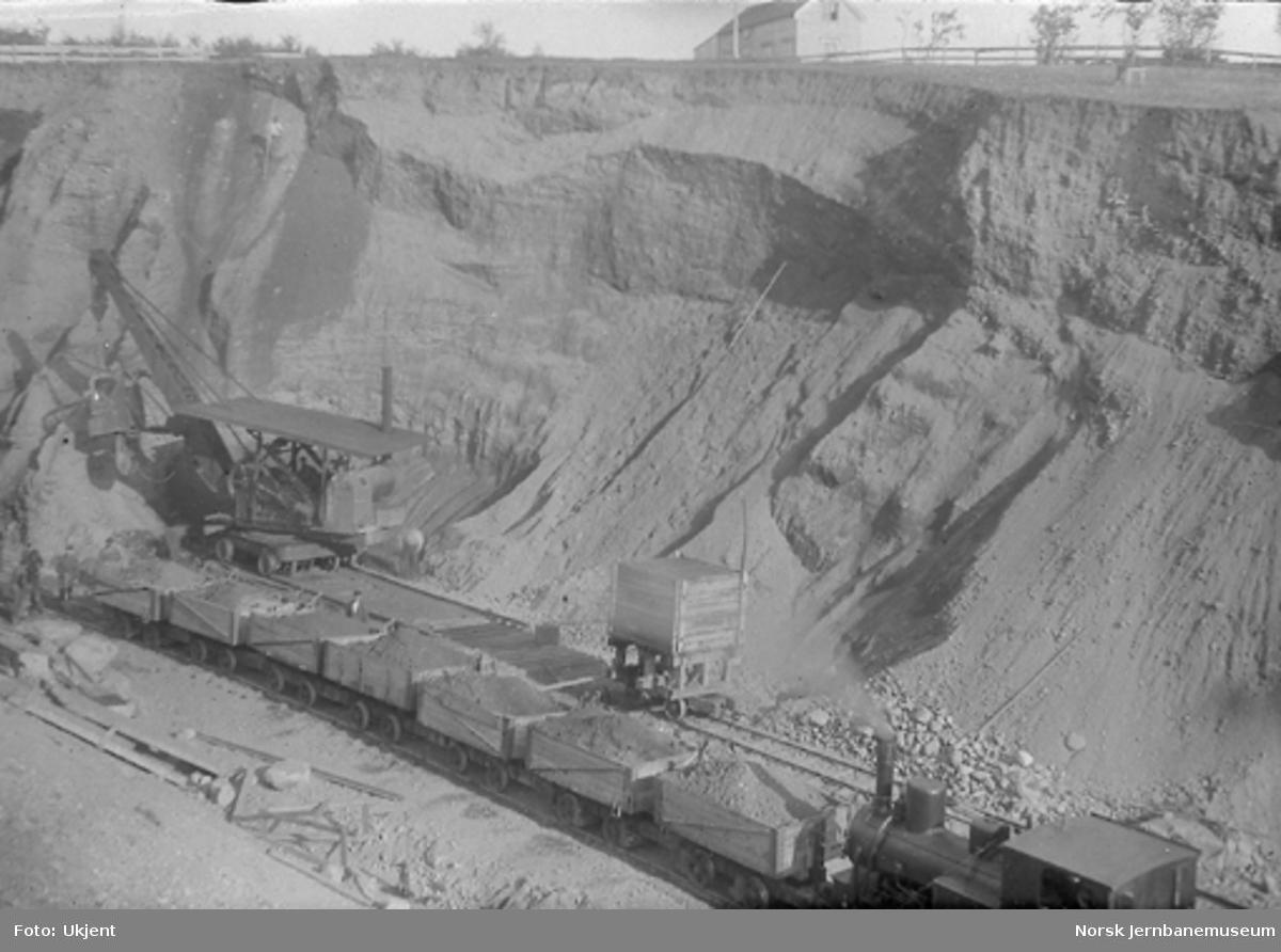 Opplasting av vagger med excavator i Våttabakkskjæringa ved Steinkjer