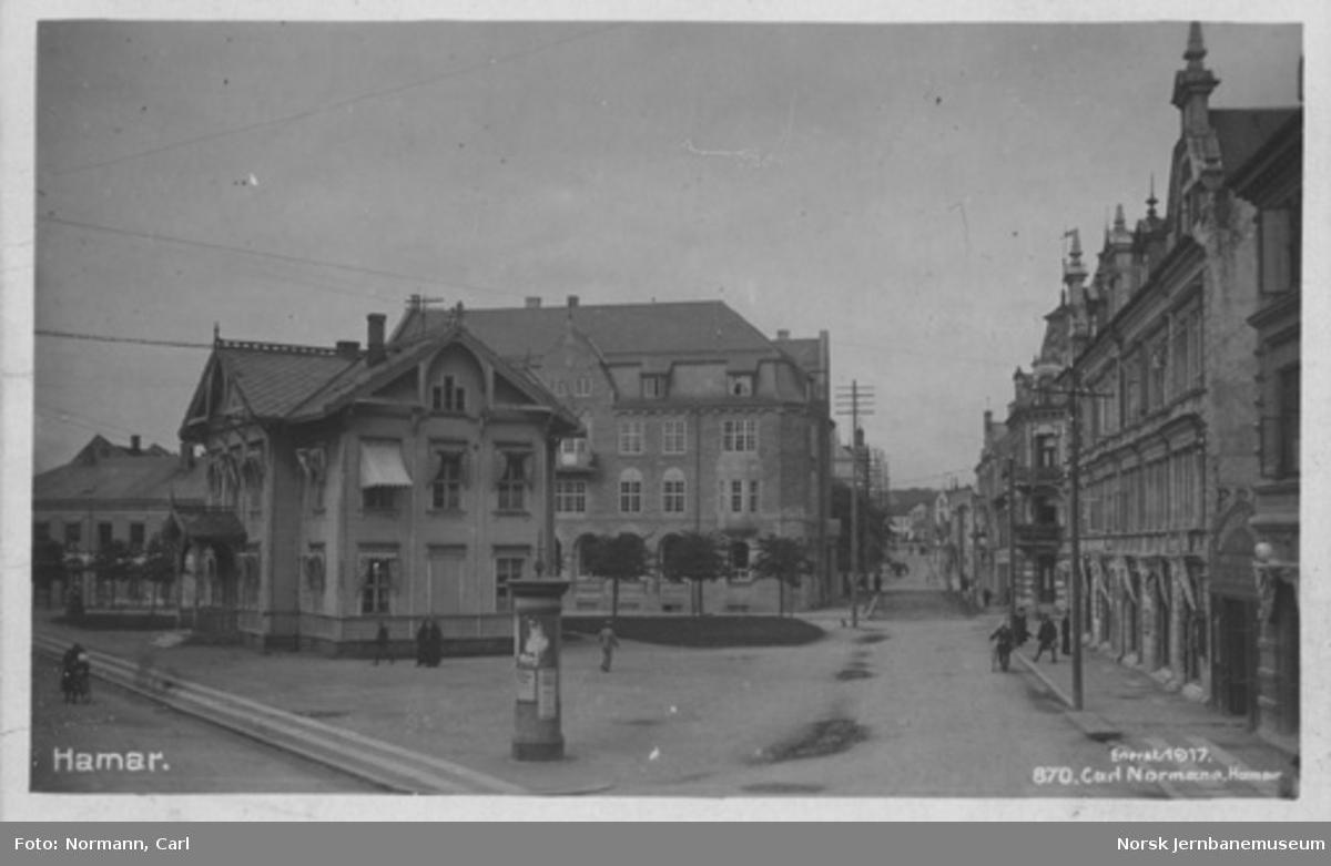 Hamar : Jernbaneplassen med den gamle stasjonsbygningen som kontorbygning