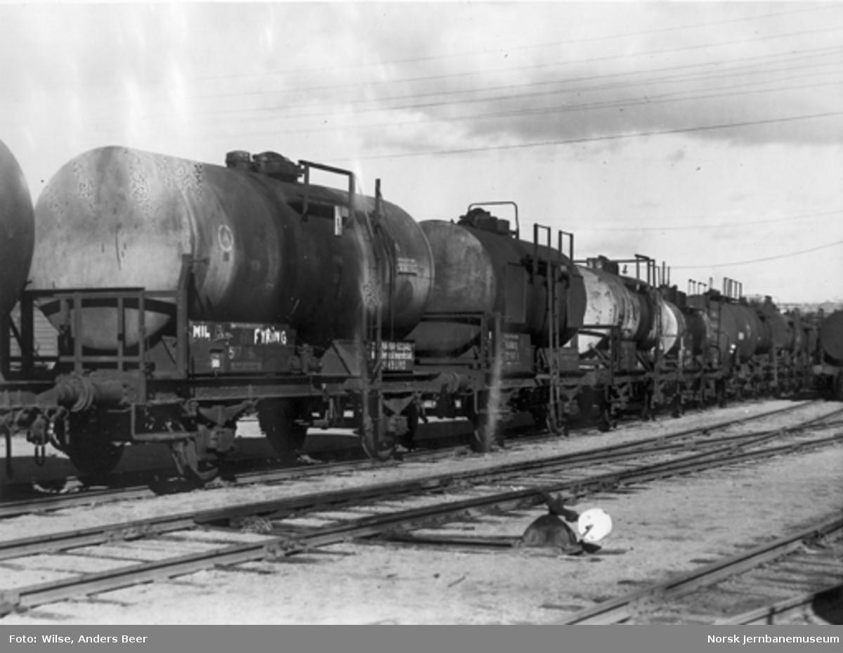 Tankvogner; de nærmeste er etterlatte tyske tankvogner etter 2. verdenskrig