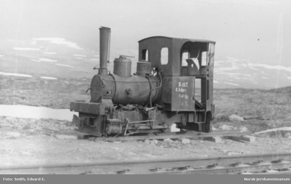 """Smalsporet etterlatt tysk anleggsdamplokomotiv, merket """"B.117 Eitrheim, 7100 Kg"""""""