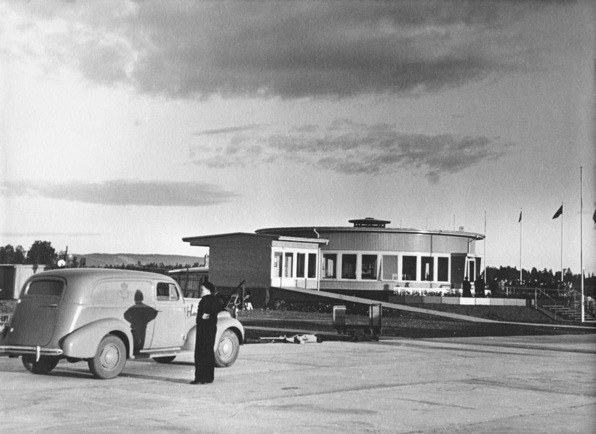 transport, bil, Fornebu, postbil, mann. Chevrolet varebil, årsmodell 1939.