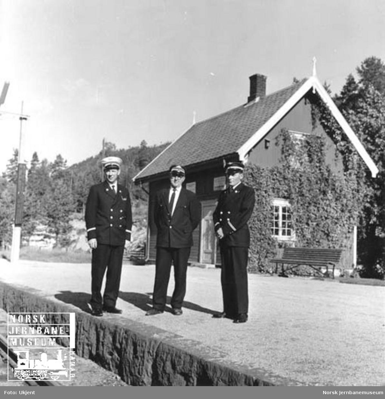 Tre mann på plattforma, trolig på Gulsvik stasjon