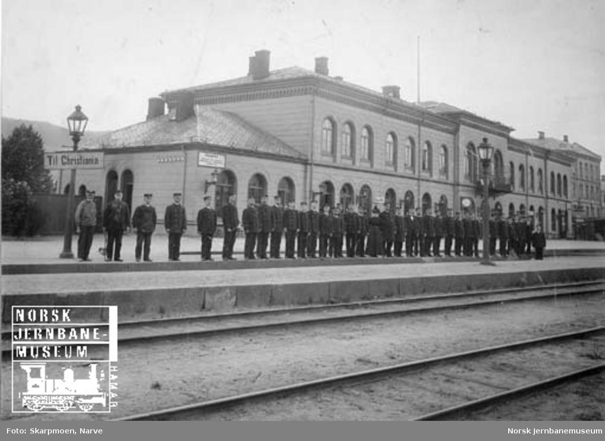 Gruppebilde av personalet ved Drammen stasjon