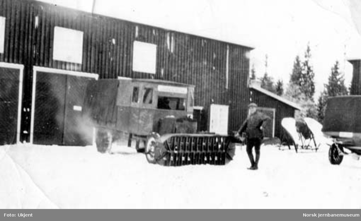 NSB Lågendalsruten : lastebil med snøfreser. Ved siden verksmester Iver Høgsveen