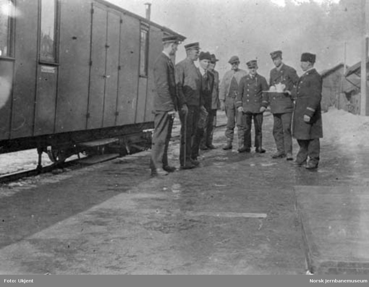 Åtte jernbanemenn på plattformen